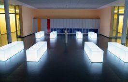 Glasmöbel in einer Schule