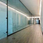 Raumgestaltung durch Glastrennwände in einem Industriegebäude